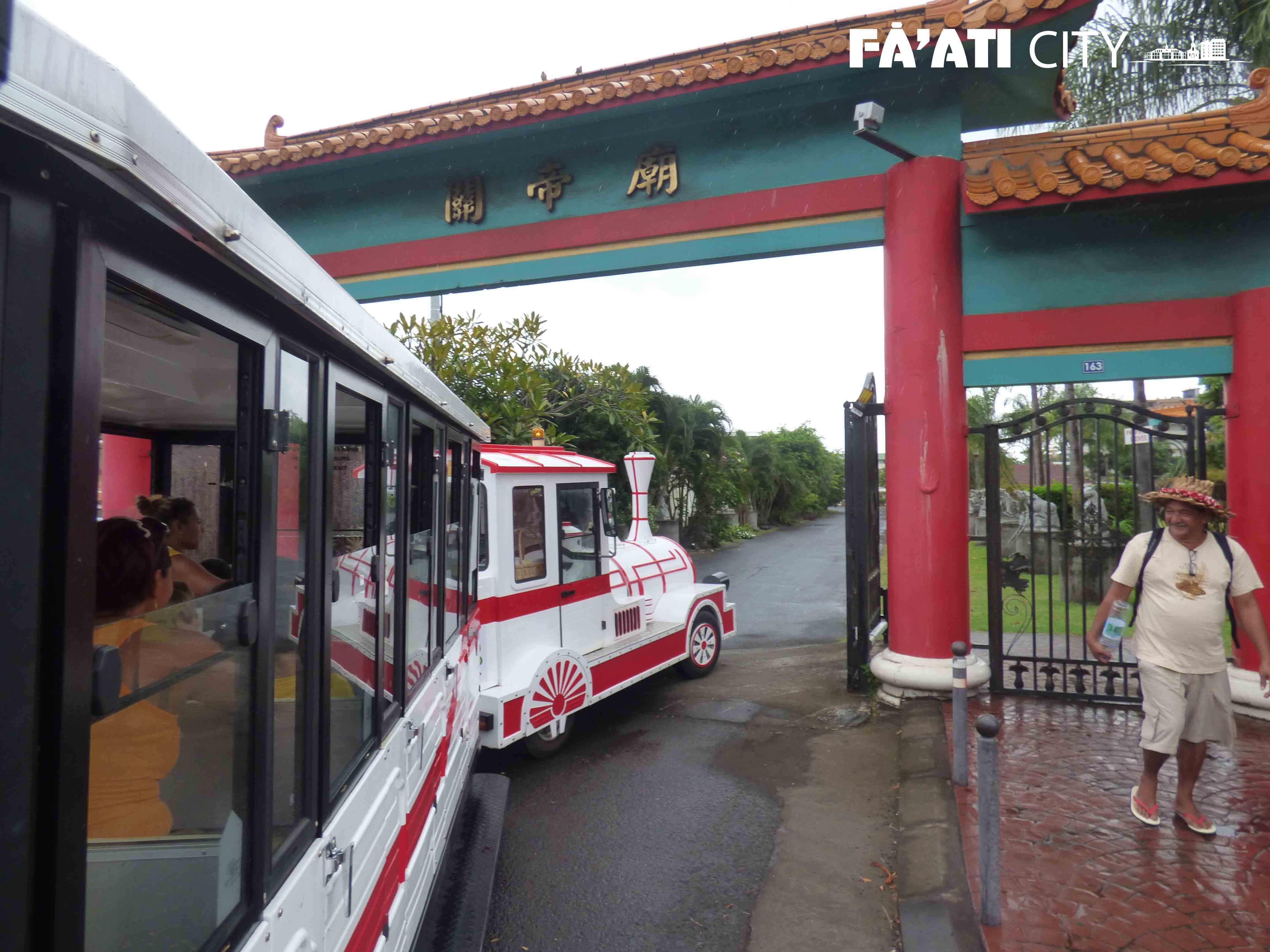 Tour privé de Papeete. Le petit train entre dans le temple chinois de Mama'o dédié à Kanti.