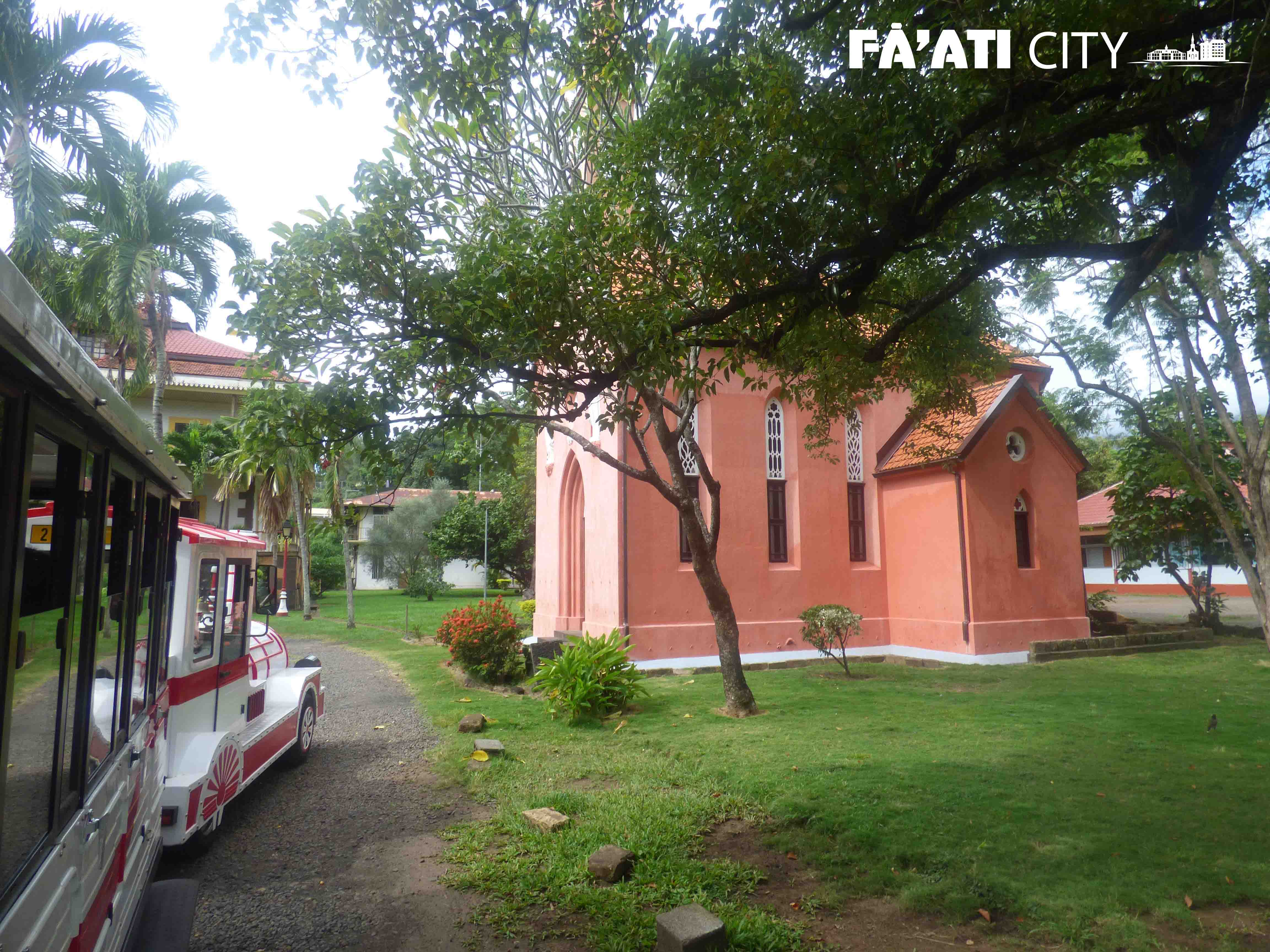 Tour privé de Papeete, le petit train passe dans les jardins de l'Évêché.