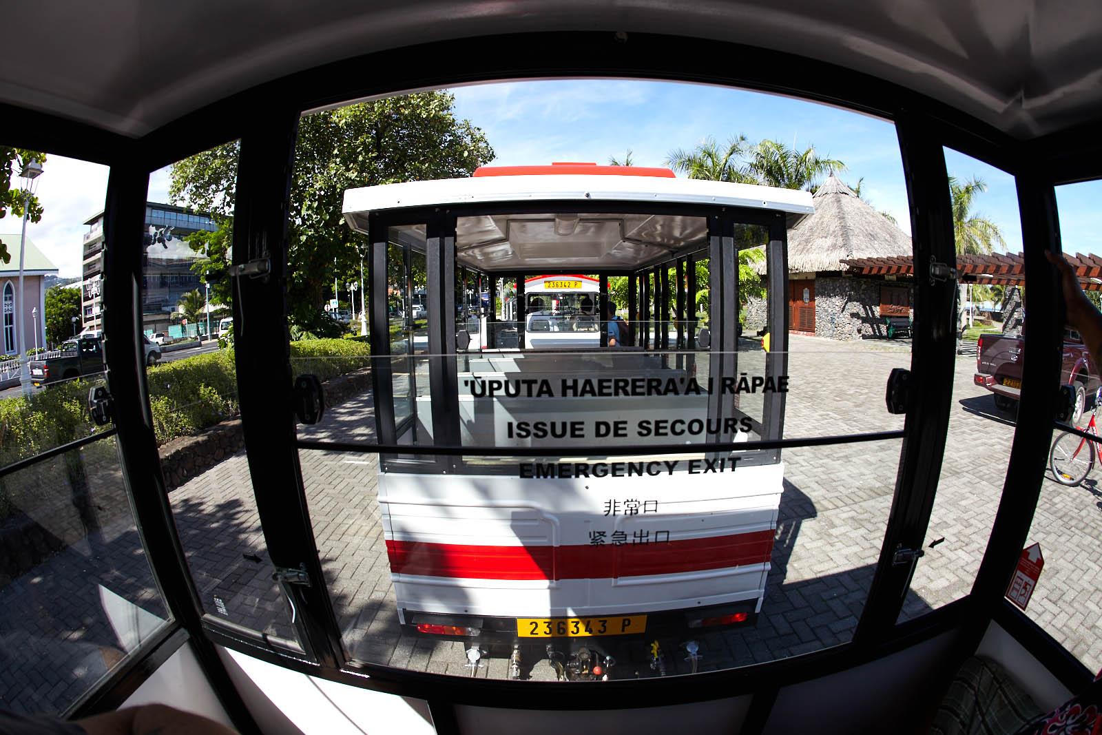 Cette excursion de Papeete utilise un petit train routier avec des wagons fermés.